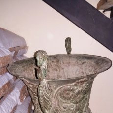 Antigüedades: MACETERO O ANFORA ANTIGUA TALLADA BRONCE. Lote 86584802