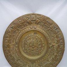 Antigüedades: GRAN CALENDARIO SOLAR ANTIGUO AZTECA EN BRONCE CON RELIEVES PARA COLGAR.. Lote 86612100