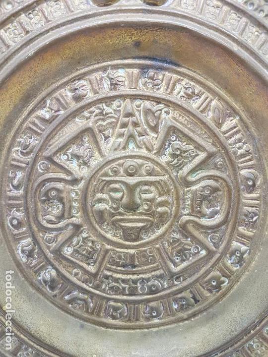 Antigüedades: Gran calendario solar antiguo azteca en bronce con relieves para colgar. - Foto 2 - 86612100