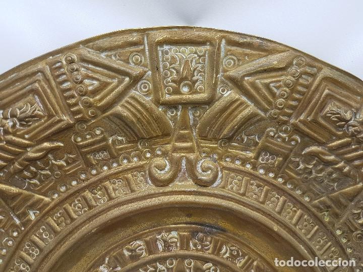 Antigüedades: Gran calendario solar antiguo azteca en bronce con relieves para colgar. - Foto 3 - 86612100