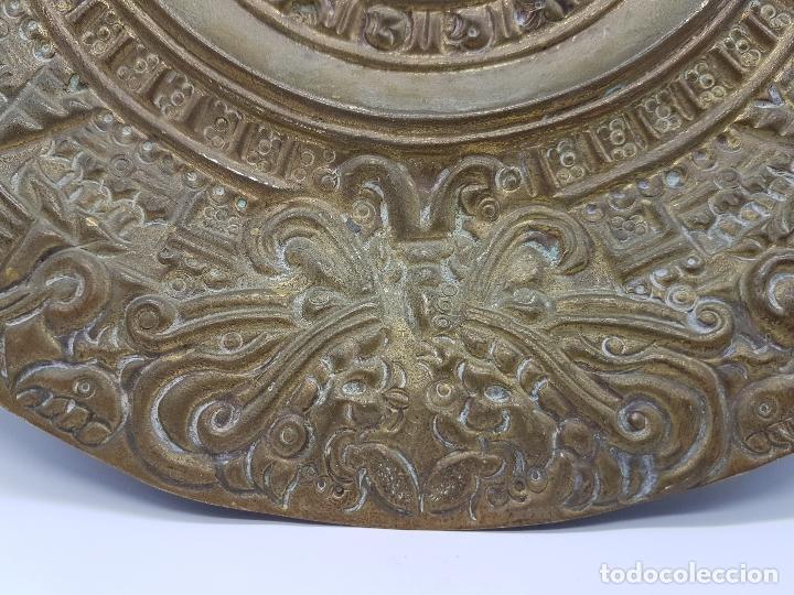 Antigüedades: Gran calendario solar antiguo azteca en bronce con relieves para colgar. - Foto 4 - 86612100