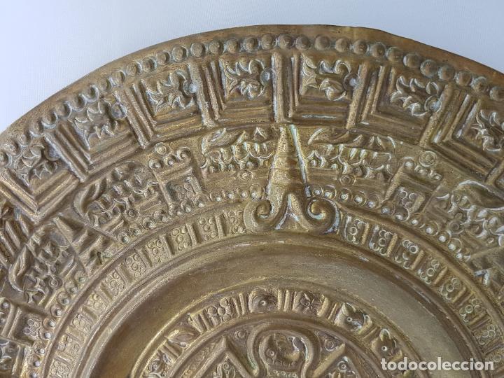 Antigüedades: Gran calendario solar antiguo azteca en bronce con relieves para colgar. - Foto 5 - 86612100