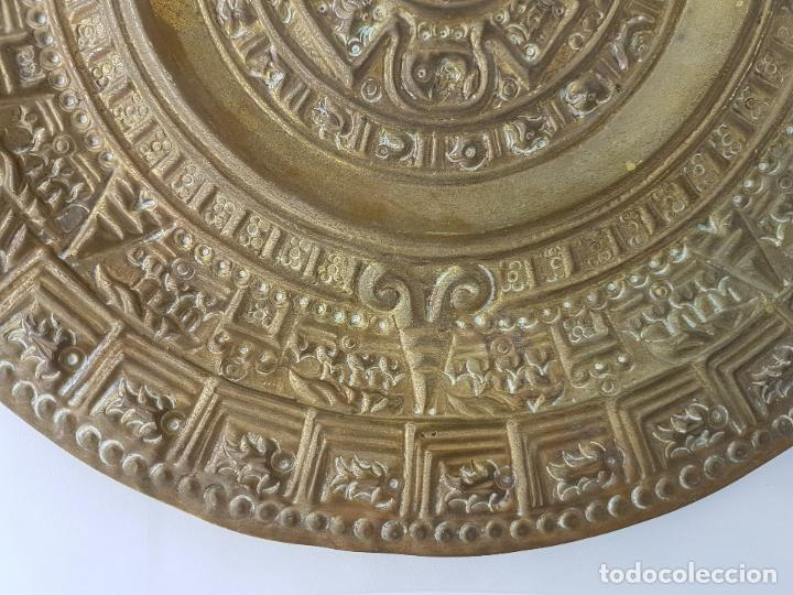 Antigüedades: Gran calendario solar antiguo azteca en bronce con relieves para colgar. - Foto 6 - 86612100