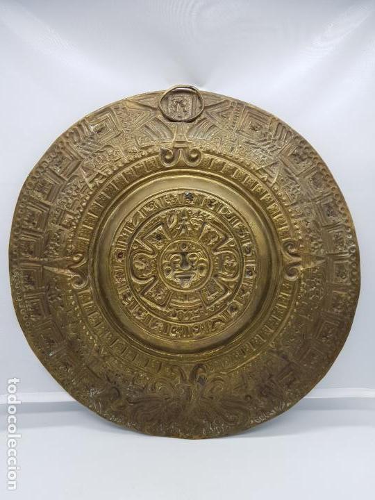 Antigüedades: Gran calendario solar antiguo azteca en bronce con relieves para colgar. - Foto 7 - 86612100
