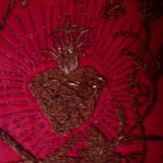 Antigüedades: ANTIGUO Y MUY BONITO ESCAPULARIO S. XIX BORDADO CON HILOS DE ORO, SAGRADO CORAZON, MIDE 11 X 8 CM.. Lote 86707892