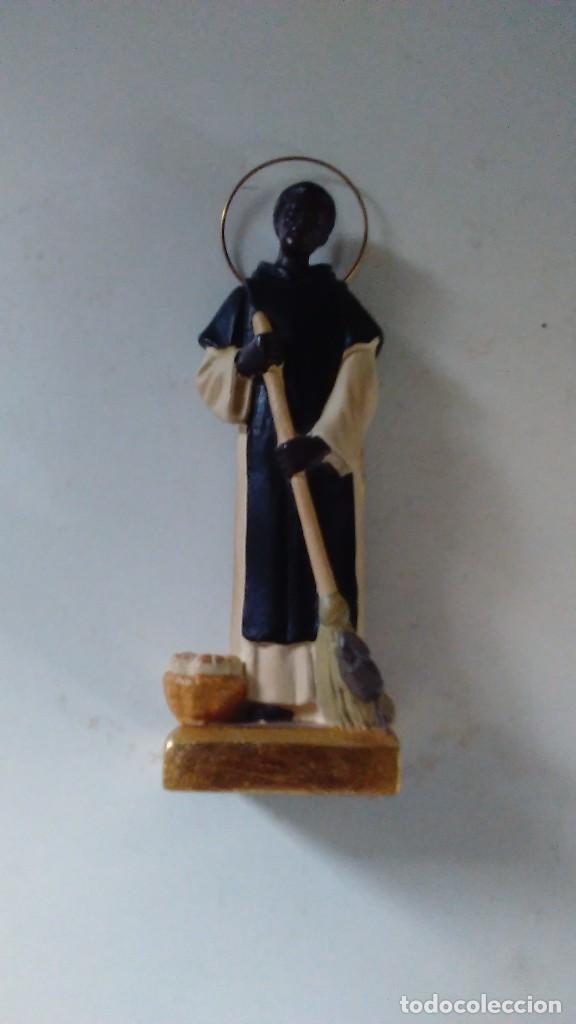 Antigüedades: Figura de San Martín de Porres con la escoba, el pan y el ratón. - Foto 2 - 86715932