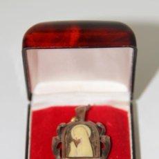 Antigüedades: MEDALLA MODERNISTA DE VIRGEN ORANDO. PLATA, PLAQUÉ ORO 8KT Y CAREY. ESPAÑA. AÑOS 20. Lote 86727036