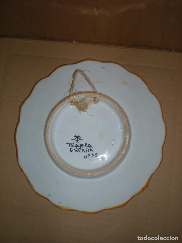 Antigüedades: plato cerámica talavera para colgar, pintado a mano, marcado: talavera españa nº 25, d21,5cm - Foto 2 - 86806736
