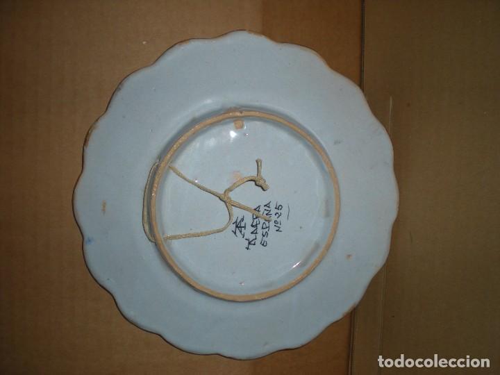 Antigüedades: plato cerámica talavera para colgar, pintado a mano, marcado: talavera españa nº 25, d21,5cm - Foto 2 - 86806908