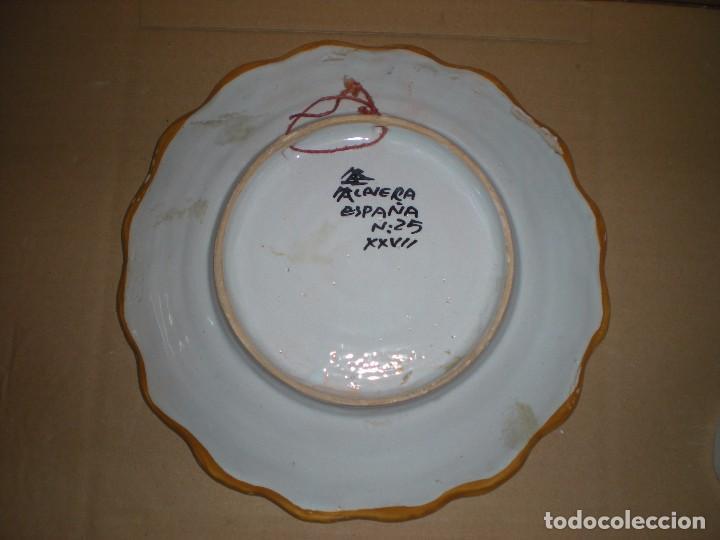 Antigüedades: plato cerámica talavera para colgar, pintado a mano, marcado. TALAVERA ESPAÑA Nº 28 XXVII, d 25,5cm - Foto 2 - 86807272