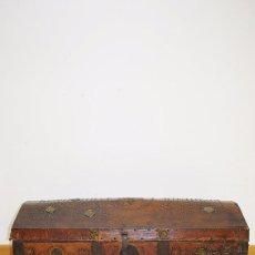 Antigüedades: ARCA MUY ANTIGUA DE MADERA Y CUERO, SIGLO XIX. Lote 86863232