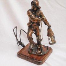 Antigüedades: LAMPARA DE SOBRE MESA DE CALAMINA DE LOS AÑOS 40. Lote 86892944