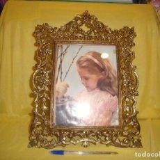 Antigüedades: MARCO PORTAFOTOS DE BRONCE DORADO BARROCO,AÑOS 60,MEDIDAS FOTO25 X 20,TAMAÑO PORTAF39X29,5 CM,NUEVO.. Lote 86937260
