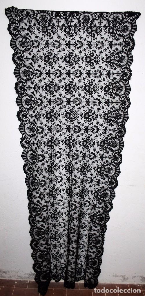 GRAN MANTILLA NEGRA - BORDADO SEMIMANUAL SOBRE TUL (Antigüedades - Moda - Mantillas)