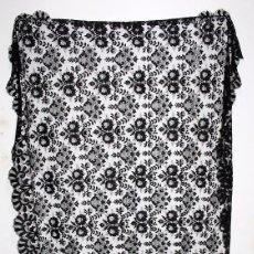 Antigüedades: GRAN MANTILLA NEGRA - BORDADO SEMIMANUAL SOBRE TUL. Lote 87015328