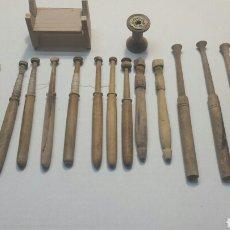 Antigüedades: JUEGO 18 BOLINCHES DE TEJEDORA CON ACCESORIOS SIGLO XIX. Lote 87036388