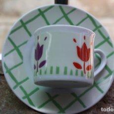 Antigüedades: TAZA DE CAFE CON MOTIVOS FLORALES. Lote 87079236