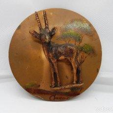 Antigüedades: AUTENTICO CUADRO AFRICANO ANTIGUO CON FIGURA EN RELIEVE Y MOTIVOS DE SABÁNA PINTADO EN COBRE.. Lote 87081312