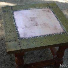 Antigüedades: ANTIGUA MESA AUXILIAR CASTELLANA REMACHADA EN BRONCE Y COBRE.. Lote 87139732