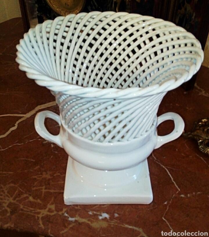 Antigüedades: Jarron de ceramica de Manises. Años 1940 primera epoca. Ceramica calada y trenzada. - Foto 2 - 87226836