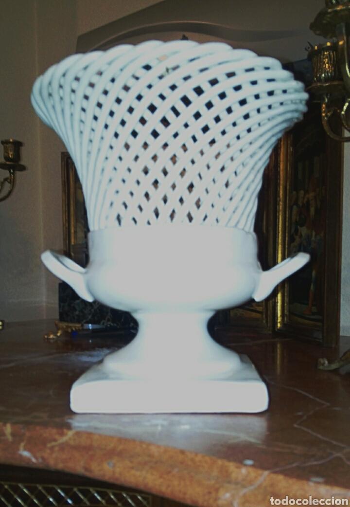 Antigüedades: Jarron de ceramica de Manises. Años 1940 primera epoca. Ceramica calada y trenzada. - Foto 3 - 87226836