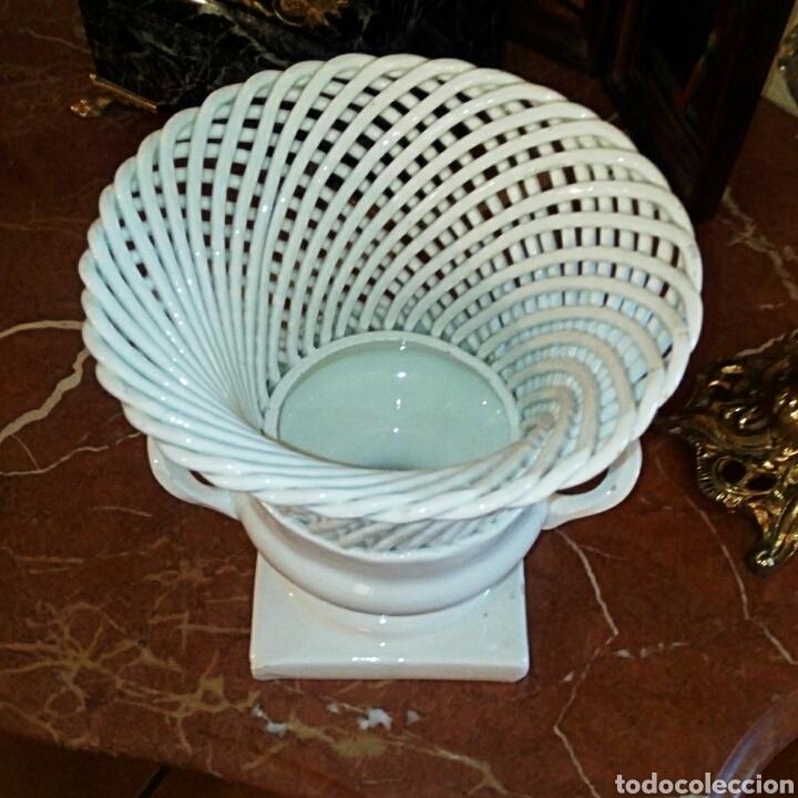 Antigüedades: Jarron de ceramica de Manises. Años 1940 primera epoca. Ceramica calada y trenzada. - Foto 4 - 87226836