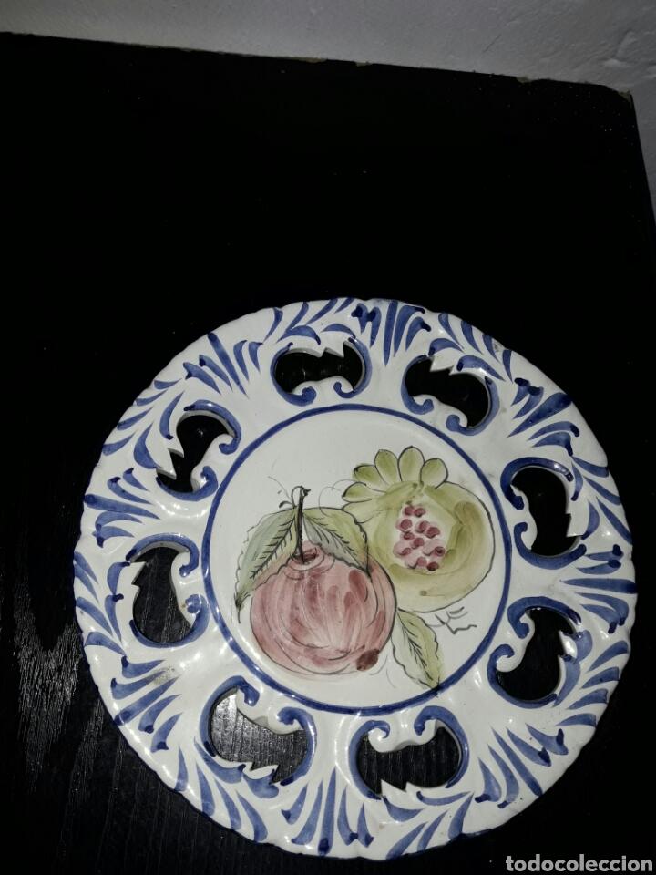 ANTIGUO Y BONITO PLATO DE PORTUGAL PINTADO A MANO (Antigüedades - Porcelanas y Cerámicas - Otras)