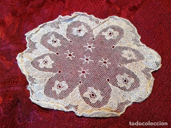 Antigüedades: TAPETE PAÑUELO ENCAJE BOLILLOS..damina prats --arbos-arboç PUNTAIRE --PUNTA COIXI BRUSELAS AGUJA - Foto 3 - 87310484