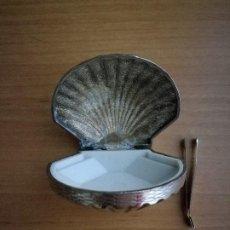 Antigüedades: CURIOSA CAJITA PASTILLERO EN FORMA DE CONCHA Y PINZA.. Lote 80796683