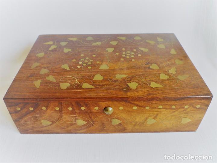 CAJA JOYERO DE MADERA NOBLE CON INCRUSTACIONES METÁLICAS Y FORRO INTERIOR 23 CMS. 750 GRS. (Antigüedades - Hogar y Decoración - Cajas Antiguas)