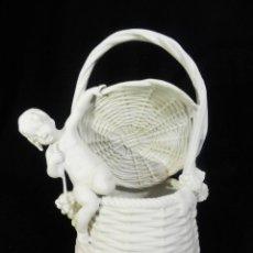 Antigüedades: COMPOSICIÓN EN PORCELANA BISCUIT - ÄNGEL CHERUB NIÑO SOBRE CESTO - ALEMANIA, CA 1900. Lote 87433772