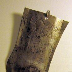 Antigüedades: EXVOTO PIERNA LAMINA METALICA (PLATA?) PUNTEADA Y CON RELIEVE. 24 X 6,3 CM SIGLO XVIII-XIX.. Lote 87438132