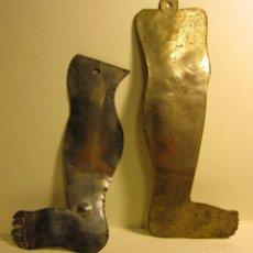 Antigüedades: DOS EXVOTOS PIERNAS LAMINAS METALICAS (PLATA?) .SIGLO XVIII-XIX. 17 X 6 Y 13,5 X 7 CM. Lote 87439728