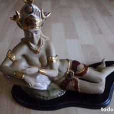 Antigüedades: FIGURA MUJER EGIPCIA RECOSTADA PEANA DE MADERA. Lote 115653132