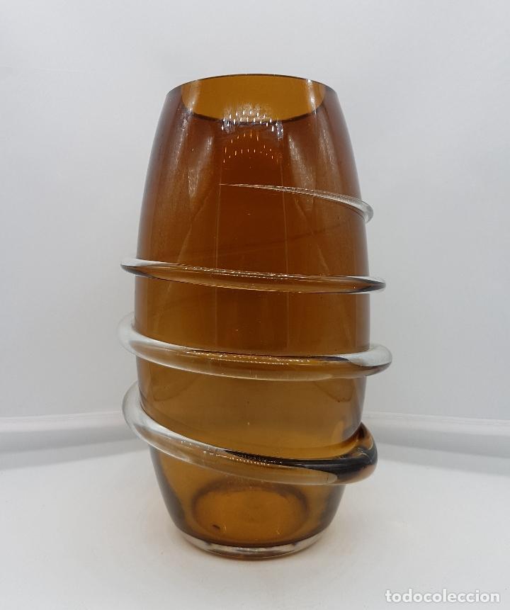 BELLO FLORERO ART DECÓ EN CRISTAL DE MURANO AMBAR CON ESPIRAL EN CRISTAL TRASLUCIDO EN RELIVE . (Antigüedades - Cristal y Vidrio - Murano)