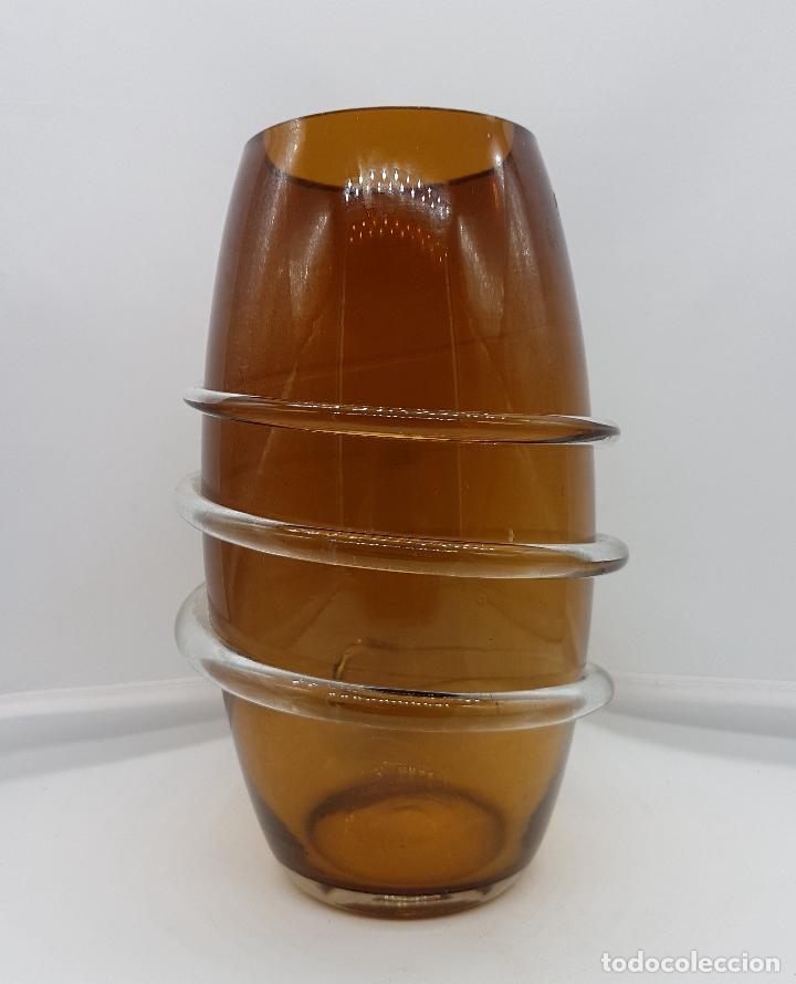 Antigüedades: Bello florero art decó en cristal de murano ambar con espiral en cristal traslucido en relive . - Foto 3 - 228818025