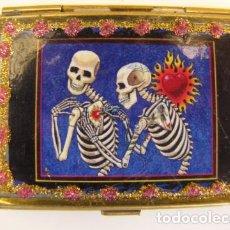 Antigüedades: ESPEJO DE MAQUILLAJE O BOLSO. LATÓN. LAS MUERTES MEJICANAS. Lote 87461908