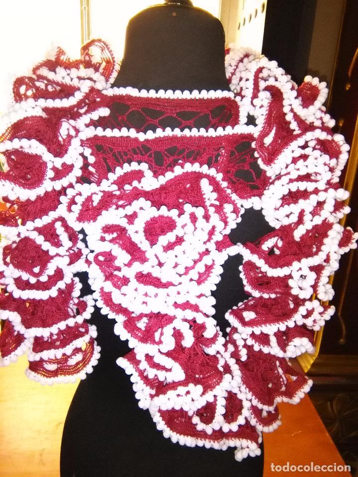 FLAMENCA BUFANDA RED Y POMPONES HECHA A MANO , MUY ROCIERA Y FERIA VER FOTOS IDEAL TRAJE GITANA PREC (Antigüedades - Moda - Mantones Antiguos)