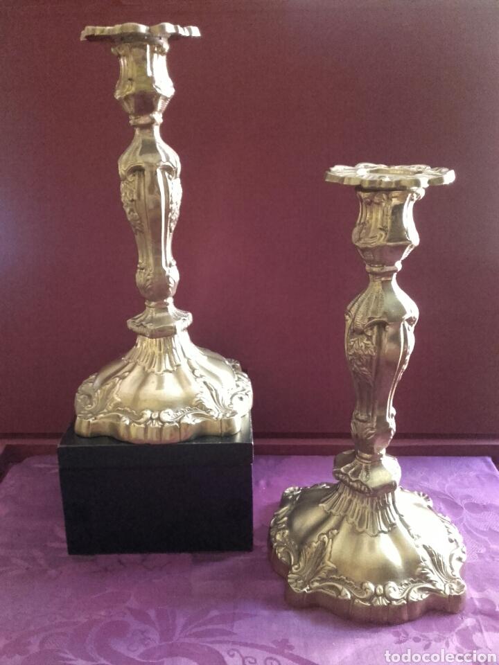 PAREJA DE CANDELEROS DE BRONCE, MEDIDAS 27 X 14 CM. (Antigüedades - Hogar y Decoración - Portavelas Antiguas)