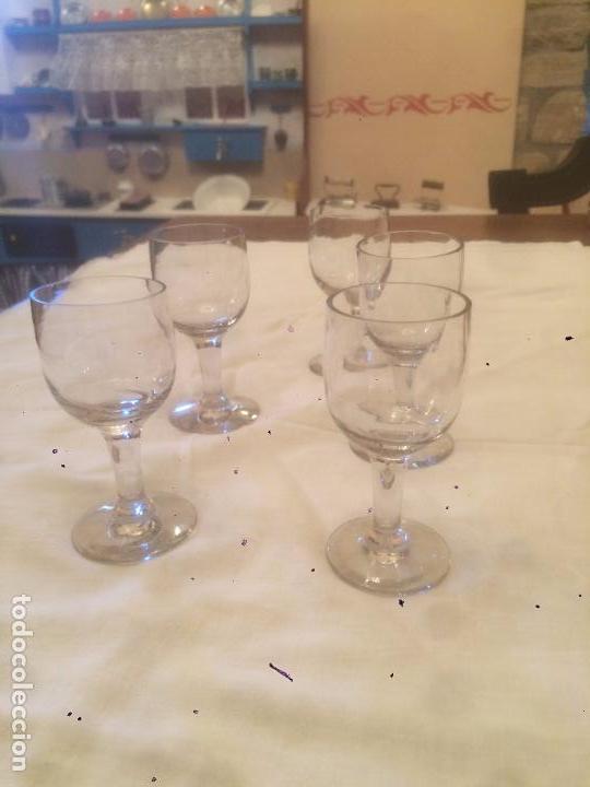 ANTIGUO JUEGO DE 5 COPA / COPAS DE CRISTAL TRANPARENTE DE XUPITO O LICOR CRISTAL TALLADO AÑOS 30 (Antigüedades - Cristal y Vidrio - Catalán)