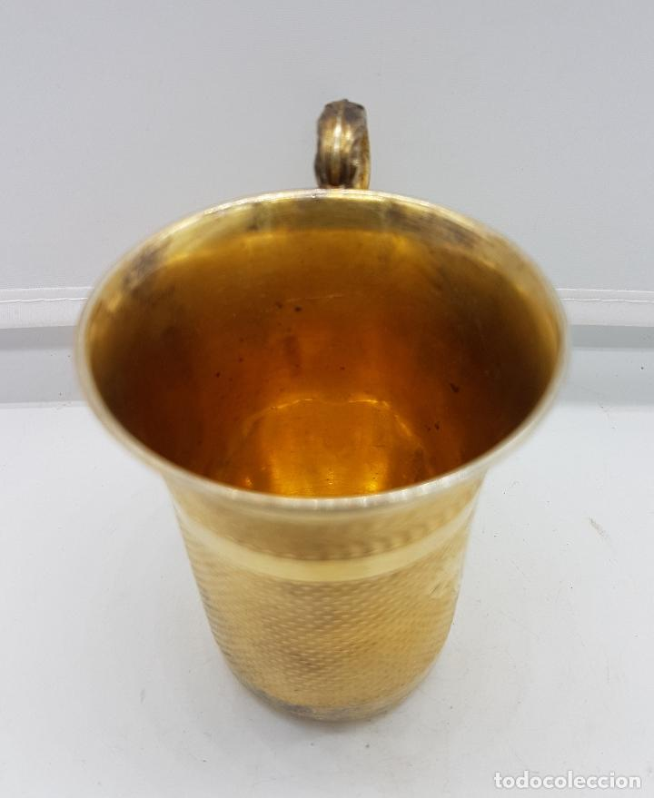 Antigüedades: Bella taza en plata de ley contrastada de estilo Victoriano bellamente cincelada a mano y repujada . - Foto 3 - 102837050