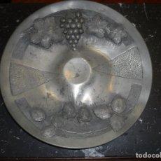Antigüedades: A.TEVENIN -ART NOUVEAU -BANDEJA EN ESTAÑO UVAS Y FRESAS 34,5 CM. Lote 87589292