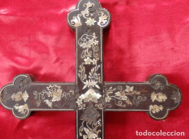 Antigüedades: Cruz filipina con incrustaciones de nácar. 46,5 cm. Siglo XIX. - Foto 2 - 87613588