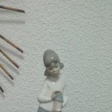Antigüedades: FIGURA DE PORCELANA ESPAÑOLA CASADES NIÑA CON LAMPARA. Lote 87665516