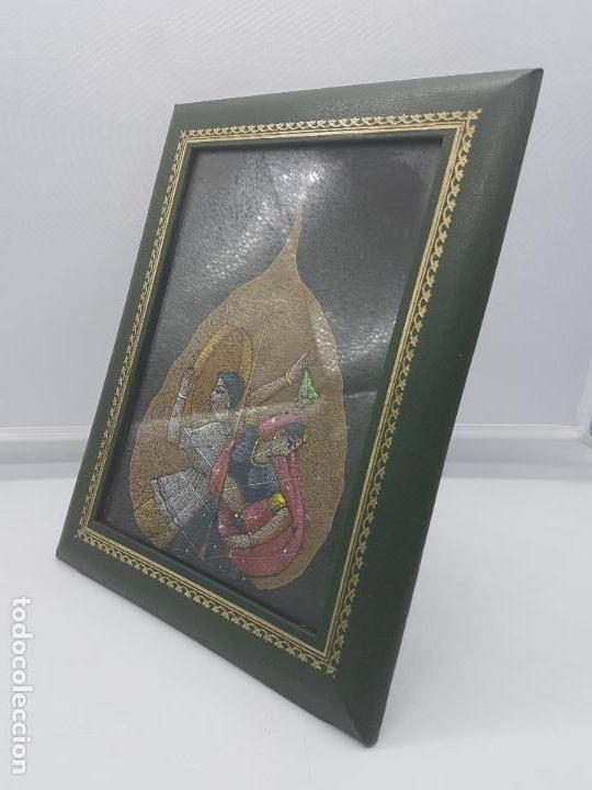 Antigüedades: Precioso cuadro con pintura en una hoja de mujeres hindús bailando enmarcado en piel o símil. - Foto 2 - 87670160