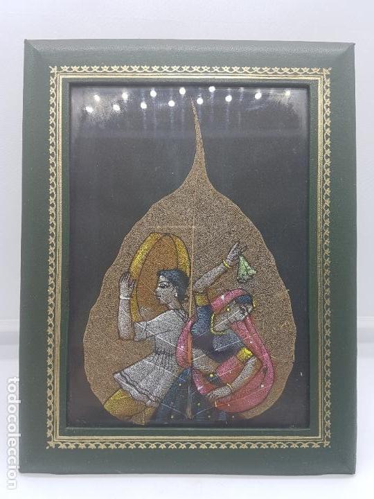 Antigüedades: Precioso cuadro con pintura en una hoja de mujeres hindús bailando enmarcado en piel o símil. - Foto 5 - 87670160