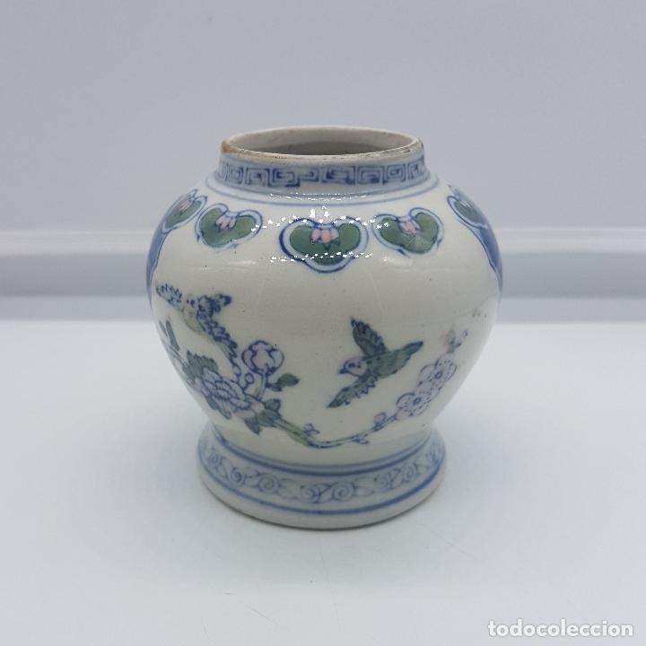 JARRON ANTIGUO EN PORCELANA CHINA CON MOTIVOS DE PAJARITOS Y FLORES PINTADOS. (Antigüedades - Hogar y Decoración - Jarrones Antiguos)