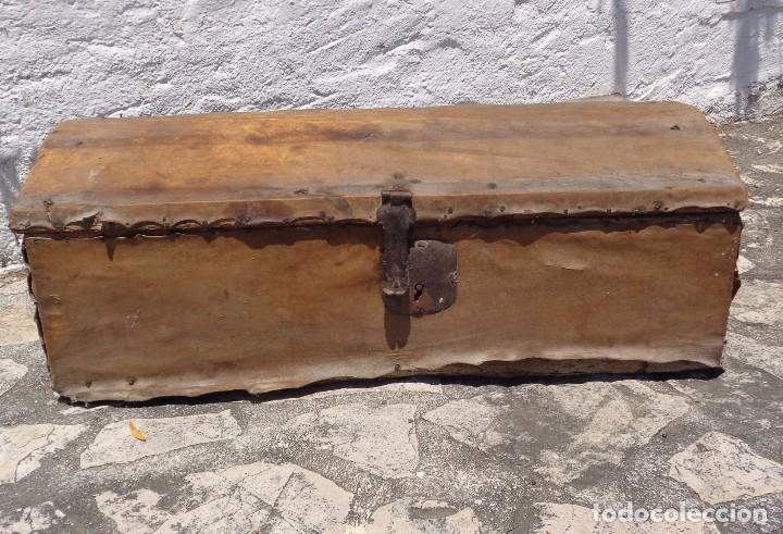 Antiguo ba l o arc n de madera forrado en perga comprar for Herrajes muebles antiguos