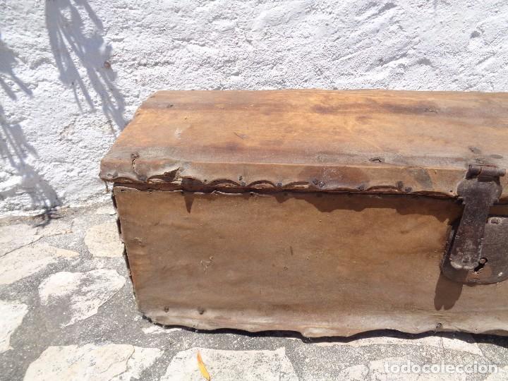 Antigüedades: Antiguo baúl o arcón de madera forrado en pergamino - Herrajes antiguos - Siglo XVIII - Foto 3 - 87675828