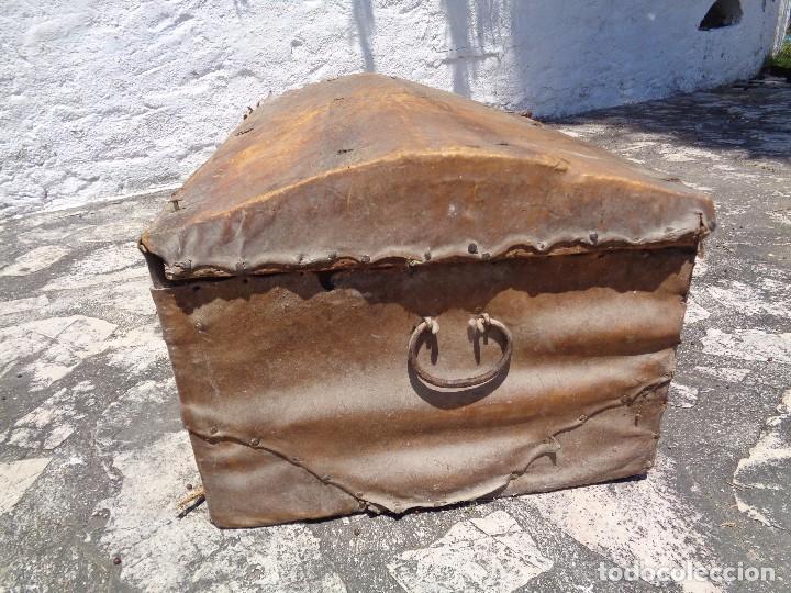 Antigüedades: Antiguo baúl o arcón de madera forrado en pergamino - Herrajes antiguos - Siglo XVIII - Foto 4 - 87675828